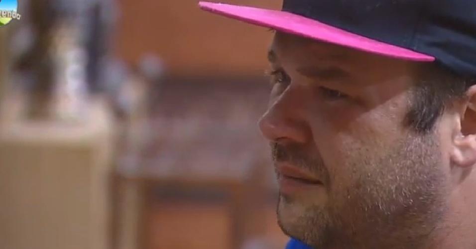 01.out.2014 - O jornalista Felipeh Campos chora em conversa com Babi Rossi