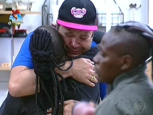 """1.out.2014 - Felipeh Campos abraça Neném depois de pedir desculpas por insultá-la e a irmã Pepê ao vivo em """"A Fazenda 7"""""""
