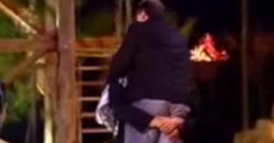 """29.jun.2009 - O ator Dado Dolabella carrega Britto Jr. no colo durante a eliminação de Fábio Arruda em """"A Fazenda"""""""