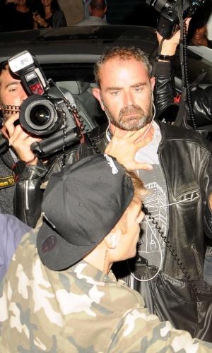 30.set.2014 - Justin Bieber empurra fotógrafo ao chegar ao hotel de Paris em que está hospedado