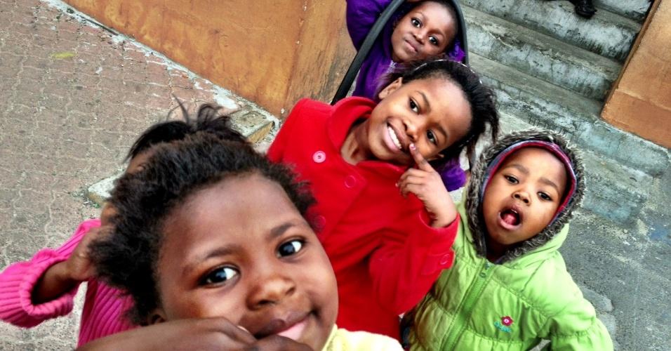 Crianças recebem os turistas com sorrisos e brincadeiras em Langa, na Cidade do Cabo