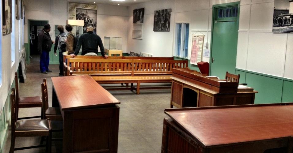 Dentro do museu do apartheid de Langa, é possível conhecer o espaço onde a população negra local era julgada pelo