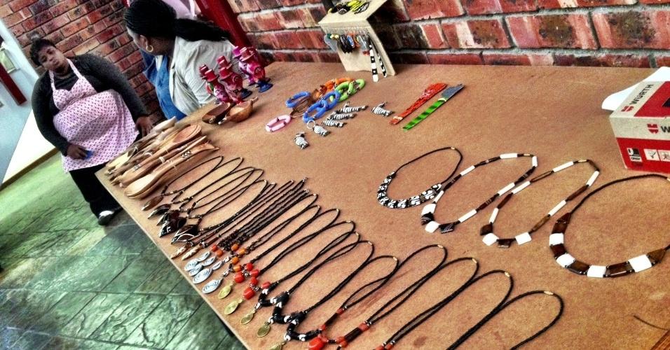 Em Langa, o centro cultural Guga S'Thebe vende belas obras de arte produzidas por moradores do bairro