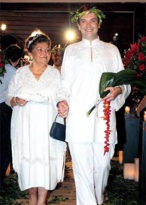 Mãe de Felipeh Campos acompanha o filho em seu casamento com Rafael Scapucim, em 2008. A união chegou ao fim no ano seguinte