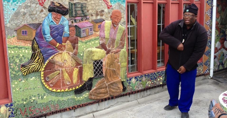 Mural do centro cultural Guga S'Thebe mostra imagens da vida cotidiana do bairro de Langa, na Cidade do Cabo