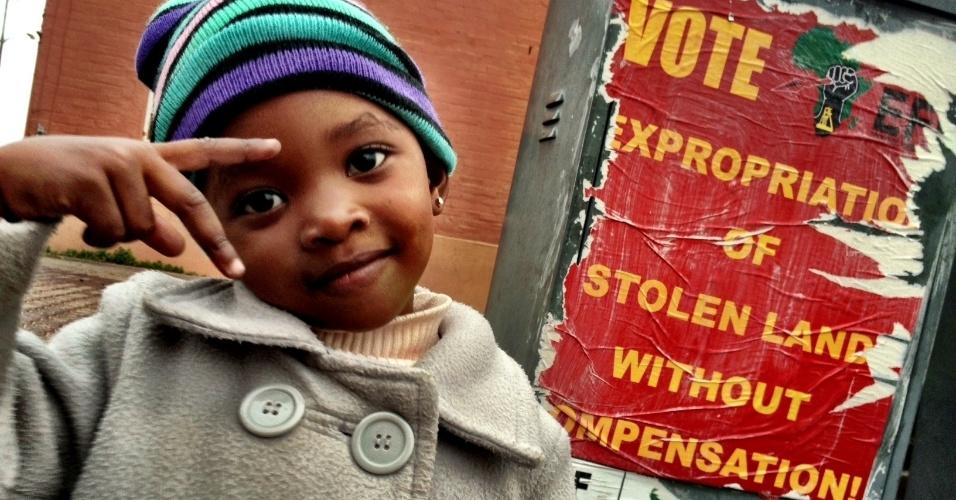 Nas ruas do bairro de Langa, na Cidade do Cabo, cartaz do movimento político radical