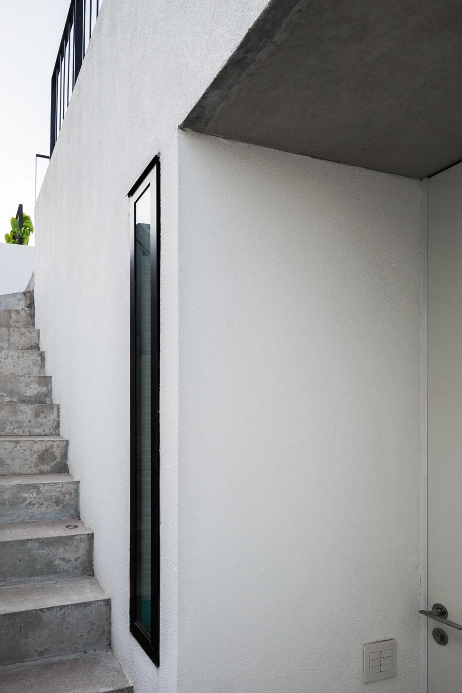 O acesso para o terraço, no terceiro pavimento, se dá pela escada externa de concreto, onde evidencia-se a abertura vertical para a entrada de luminosidade. O apê Vila Aspicuelta foi decorado pelos arquitetos Rafael Loschiavo e Veronica Molina, mas tem arquitetura do escritório Tacoa
