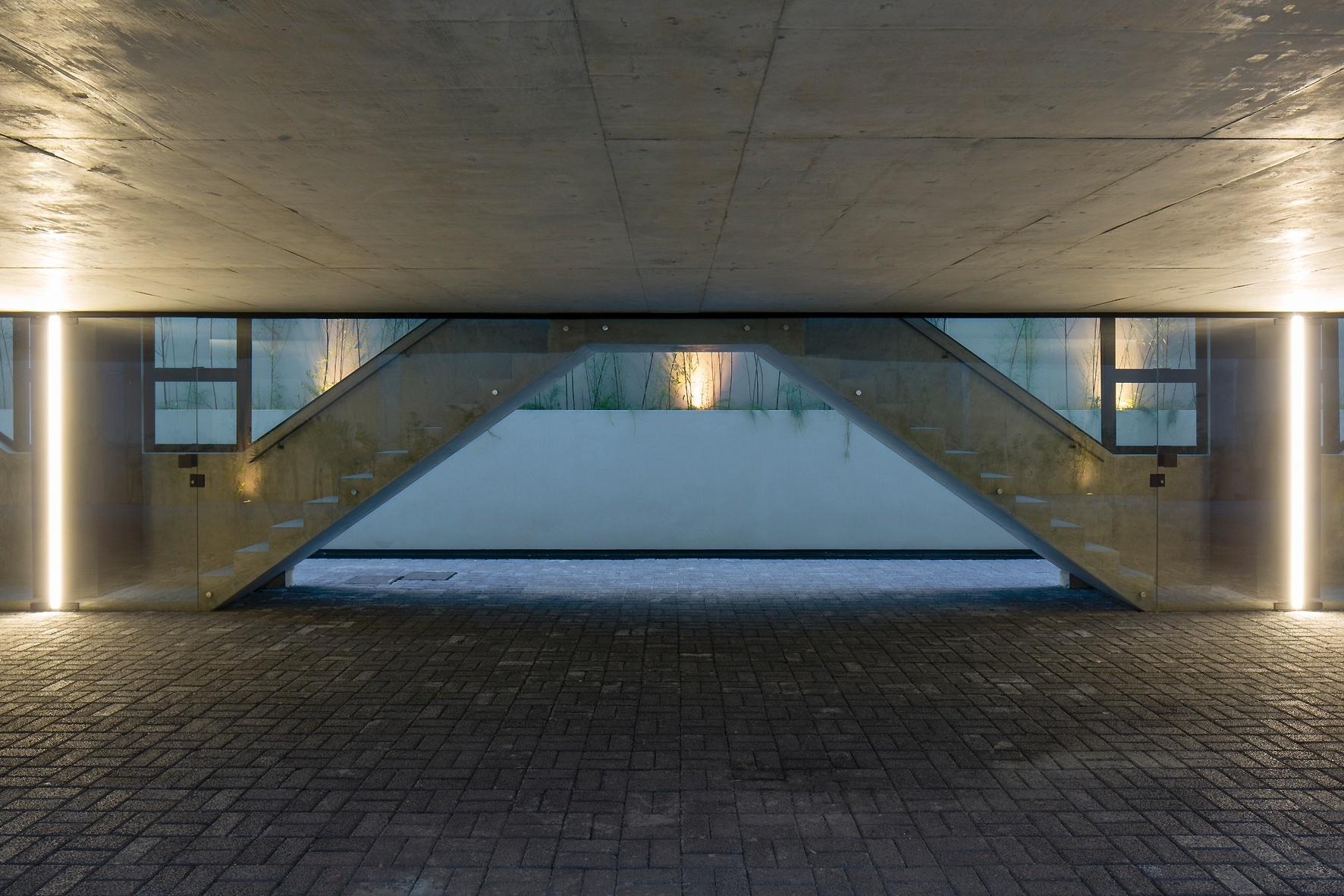 O desenho que remete a um ziguezague é resultado das linhas estruturais de concreto que compõem escadas, guarda-corpos, pilares e lajes, além dos blocos drenantes do piso. O Vila Aspicuelta foi projetado pelo escritório Tacoa Arquitetos