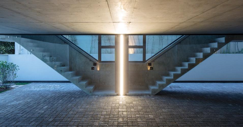 As escadas em concreto têm guarda-corpo estrutural de um lado e de vidro, do outro. Destaque para o pilar entre as unidades que, iluminado, cria um bonito efeito. O Vila Aspicuelta foi projetado pelo escritório Tacoa Arquitetos