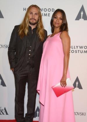 Atriz Zoe Saldana e o marido Marco Perego durante evento em Los Angeles, nos EUA