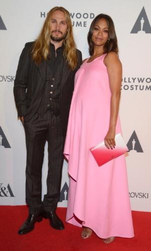 1.out.2014 - Atriz Zoe Saldana e o marido Marco Perego durante evento em Los Angeles, nos EUA