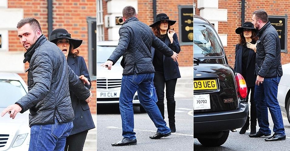 1.out.2014 - Salma Hayek se assusta com táxi ao atravessar uma rua de Londres, na Inglaterra. Segundo a agência Grosby Group, a atriz quase foi atingida pelo veículo enquanto caminhava com um amigo