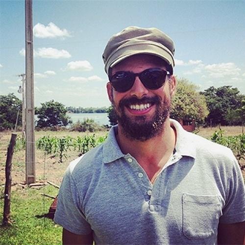 1.set.2014 - Cauã Reymond postou foto em seu Instagram irreconhecível. O ator, que deixou a barba crescer, avisou seus seguidores que o novo visual para o personagem de seu novo filme