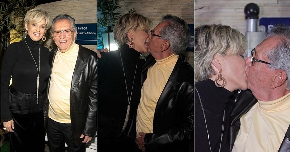 2.out.2014 - Carlos Alberto e Andréa Nóbrega trocam beijos durante a inauguração de um clube de comédia, em Campinas.