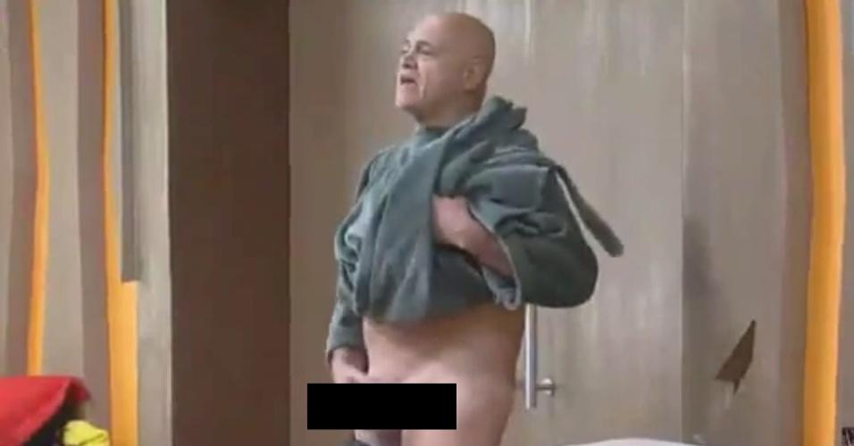 2.out.2014 - Oscar Maroni mostra as partes íntimas ao trocar de roupa em