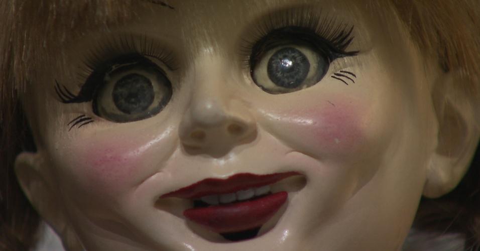 A boneca real está trancada em um museu oculto em Connecticut, nos EUA e é visitada somente por um padre que vai abençoa-la duas vezes por mês