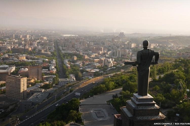 A estátua da 'Mãe Armênia', com a espada na mão, zela sobre a capital da Armênia, Yerevan