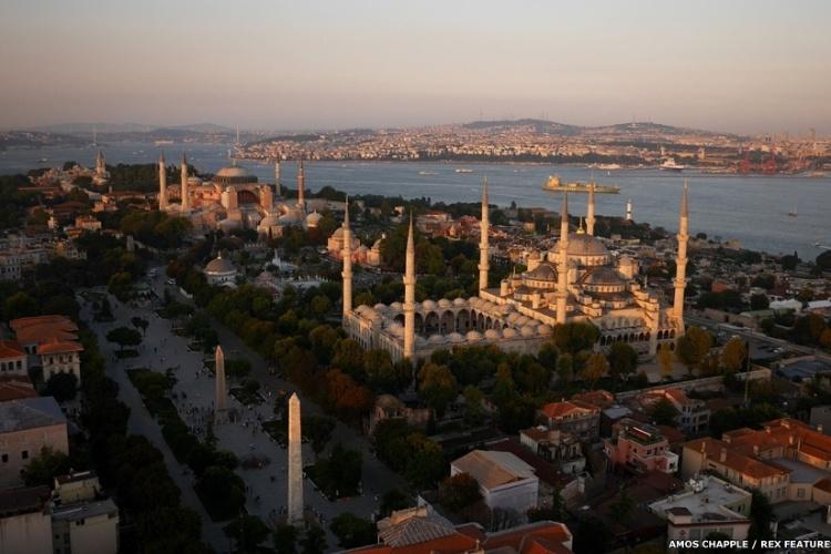 A linha do horizonte de Istambul como um navio cargueiro navegando em direção ao Mar de Mármara