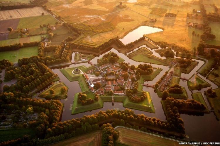 Aqui, o Fort Bourtange, construído em forma de  estrela na cidade de Groningen, na Holanda