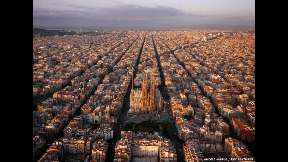 As torres da igreja inacabada de Antoni Gaudi, a Sagrada Família - uma basílica na cidade de Barcelona, na Espanha - se destacam na vista aérea do distrito Eixample