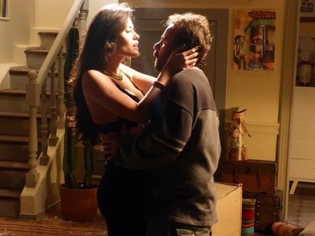 Carmen parte para cima de Ismael após brigar com Orville em