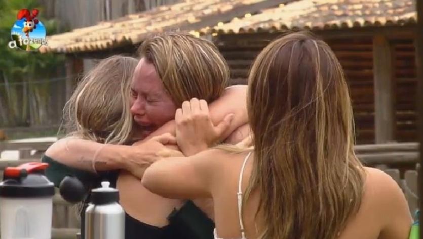 Cristina Mortágua chora abraçada à Andréia Sorvetão
