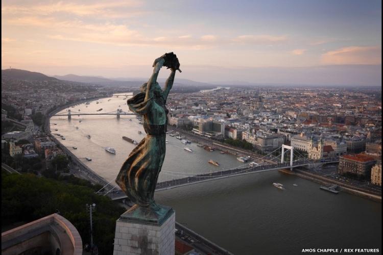 No coração da Europa, Budapeste, na Hungria, é conhecida por sua arquitetura de conto de fadas e por sua personalidade e beleza. Aqui, a Estátua da Liberdade é retratada em primeiro plano.