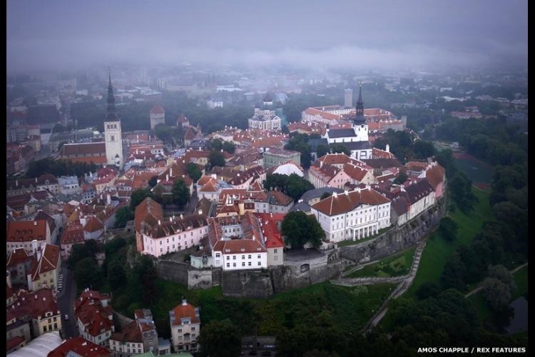 O Castelo Toompea é a sede do Parlamento da Estônia. É um pequeno edifício, feito com pedra e torres, localizado no centro de histórico de Tallinn, que está na lista de Patrimônios Mundiais da Unesco