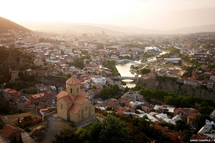 O Rio Mtkvari atravessa a capital da Geórgia, Tbilisi