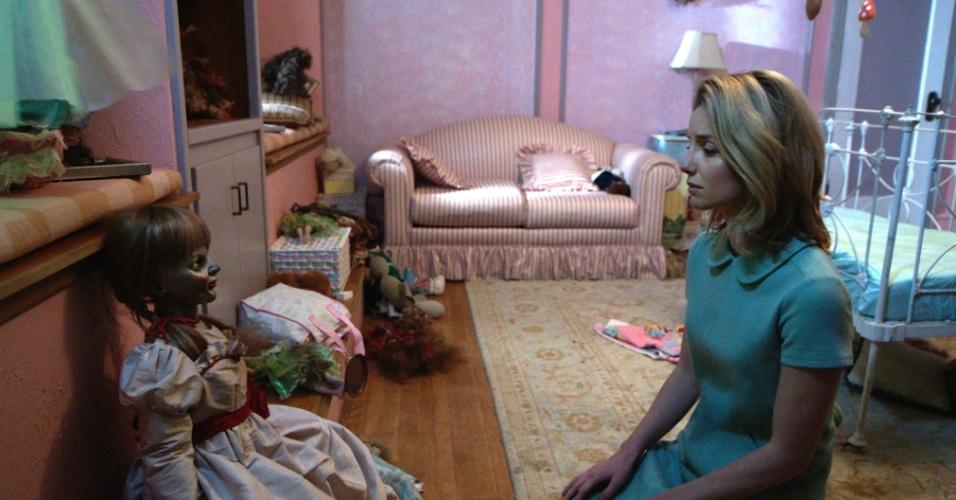 O terror acontece em um casarão antigo, em um quarto de criança Efeitos paranormais causados pela boneca começam a acontecer com pessoas que pensam terem sido contratadas para limpar o local