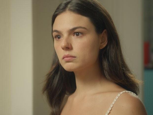 Sandra (Isis Valverde) parece não acreditar na revelação de Vitória (Bianca Bin) que as duas foram trocadas na maternidade