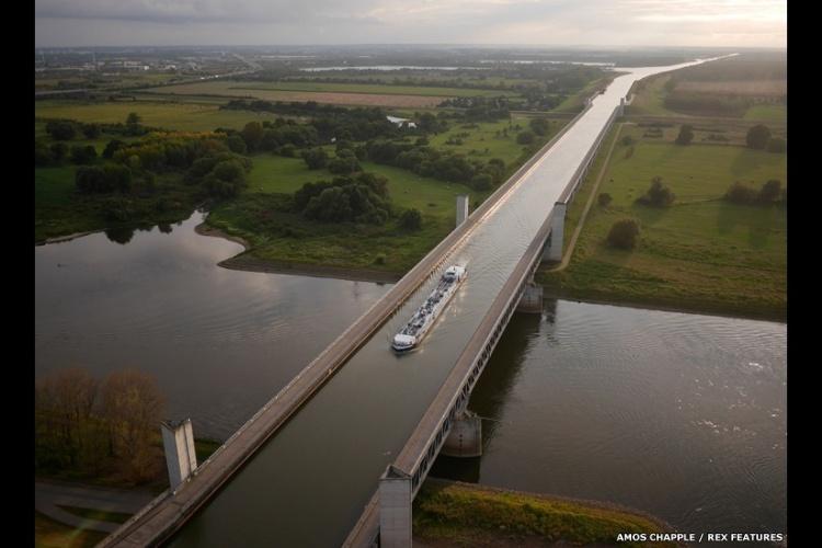 Uma barca na ponte aquática de Magdeburg cruza um rio, ao noroeste de Dresden, na Alemanha