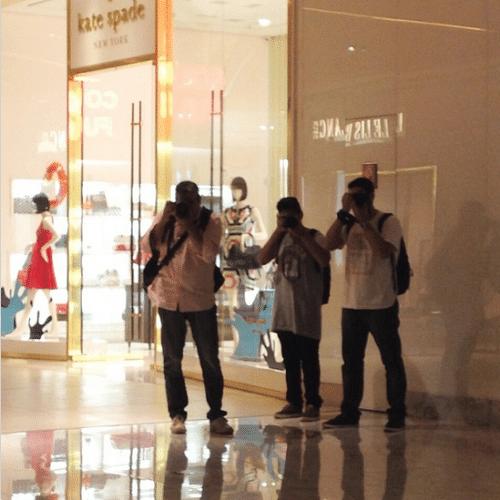 """3.out.2014 - Carol Nakamura se diverte fotografando paparazzi com seu próprio celular dentro de um shopping. """"Peguei vocês"""", escreveu ela na legenda do Instagram"""