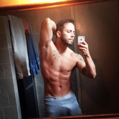 3.out.2014 - Ex-BBB João exibe corpo sarado em selfie postada no Instagram, na madrugada desta sexta-feira