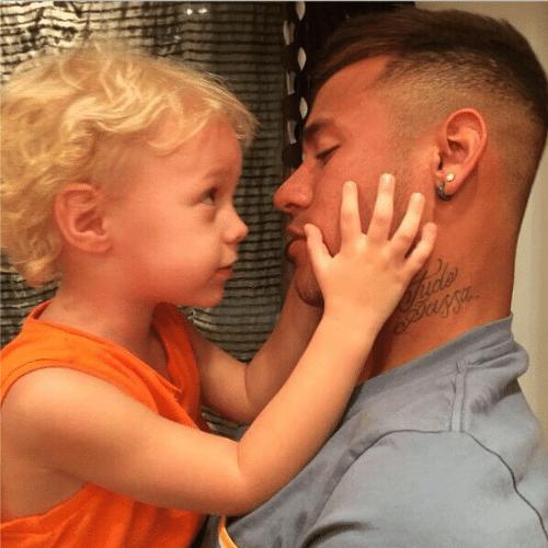"""3.out.2014 - Neymar mostra o carinho entre ele e o filho, David Lucca, em uma foto postada em suas redes sociais. """"Papai com saudade"""", escreveu o jogador do Barcelona que mora atualmente na Espanha"""