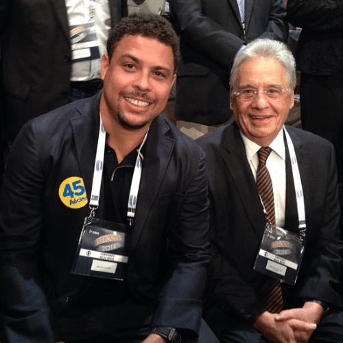 3.out.2014 - Ronaldo Fenômeno mostra foto ao lado do ex-presidente Fernando Henrique Cardoso na plateia do último debate presidencial realizado pela Globo, na noite desta quinta-feira.
