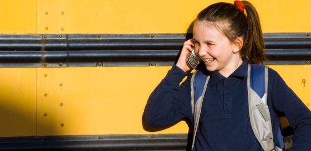 Uma boa saída é ter um aparelho da família que a criança possa usar eventualmente - Getty Images