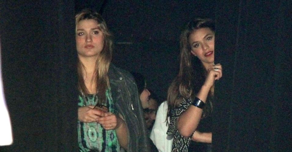 3.out.2014 - Bruna Marquezine e Sasha terminam de assistir o show de Tiago Abravanel na coxia