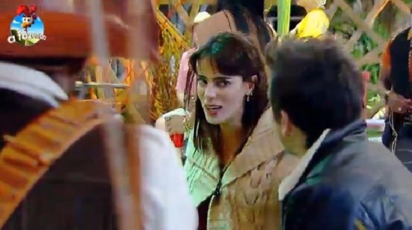 3.out.2014 - Heloísa Faissol desabafa com DH e diz que não consegue se aproximar de Felipeh Campos na Festa Cordel, na noite desta sexta-feira, em