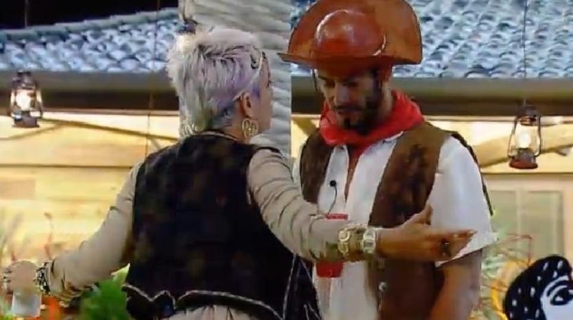 4.out.2014 - Bruna Tang e Diego Cristo voltam ao cenário da Festa Cordel e conversam na madrugada deste sábado, em