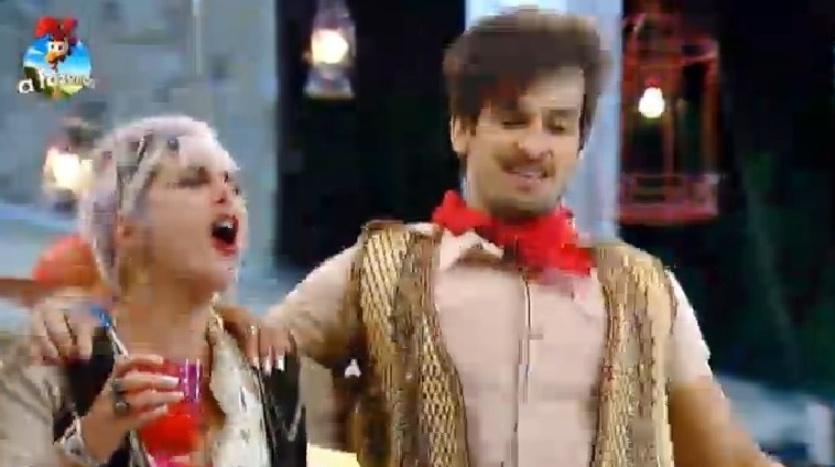 4.out.2014 - Bruna Tang e Léo Rodriguez cantam e dançam juntos na Festa Cordel, na madrugada deste sábado, em