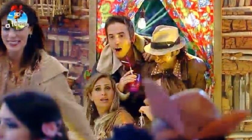 4.out.2014 - DH, Andreia Sorvetão e Roy Rosselló se divertem no cenário da Festa Cordel e fingem tirar uma foto na madrugada deste sábado, em