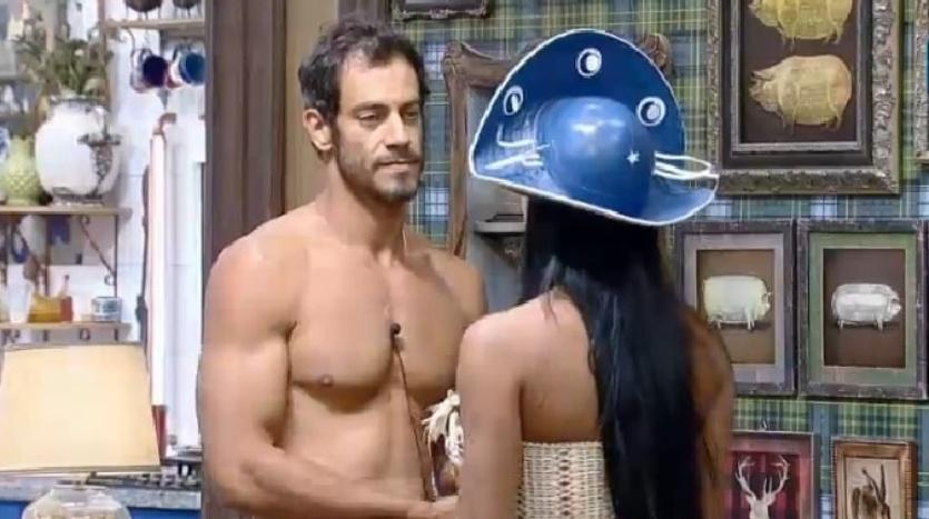 4.out.2014 - Diego Cristo briga com DH e Lorena Bueri tenta acalmar o amigo após a Festa Cordel, na madrugada deste sábado, em