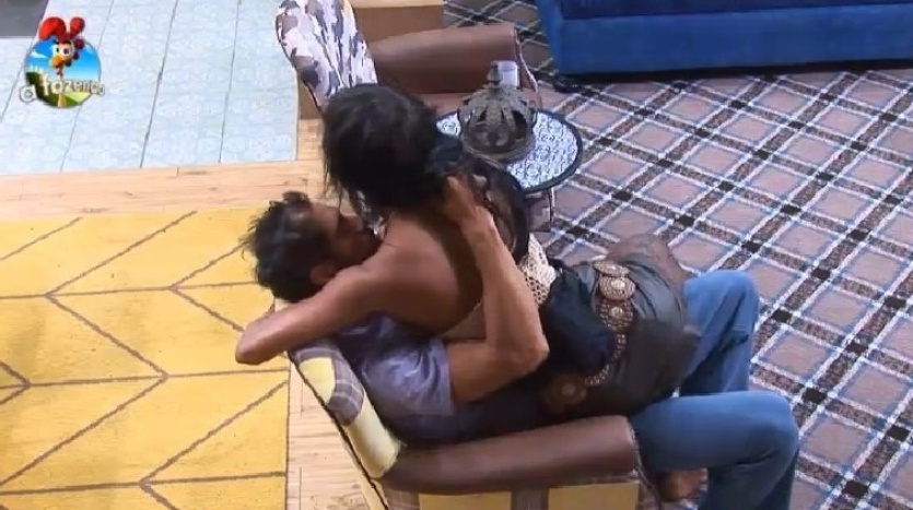 """4.out.2014 - Diego Cristo e Lorena Bueri se amassam na poltrona da sala na madrugada deste sábado, em """"A Fazenda 7"""". O peão estava excitado com a situação e pedia para que a modelo se afastasse"""