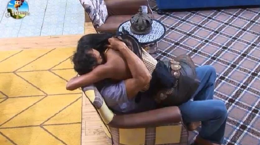 4.out.2014 - Diego Cristo e Lorena Bueri se amassam na poltrona da sala na madrugada deste sábado, em