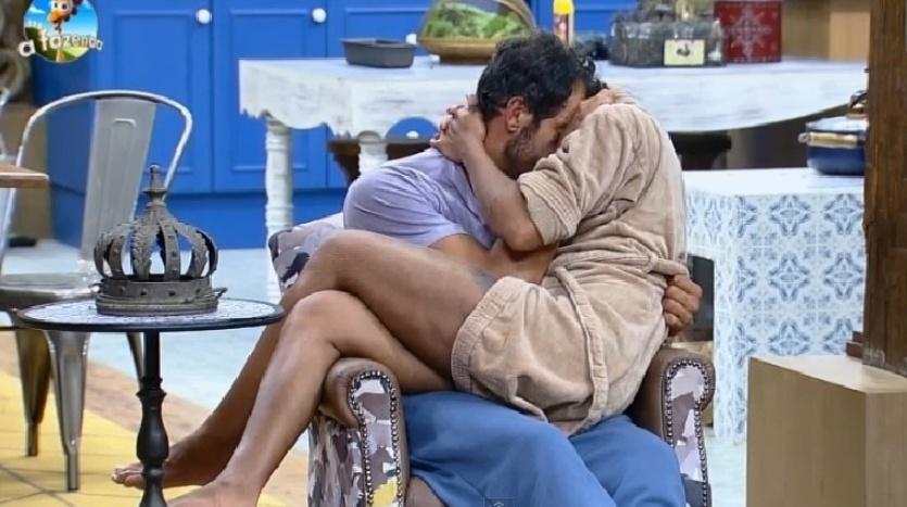 4.out.2014 - Diego Cristo e Lorena Bueri voltam a se amassarem na poltrona da sala na madrugada deste sábado, em