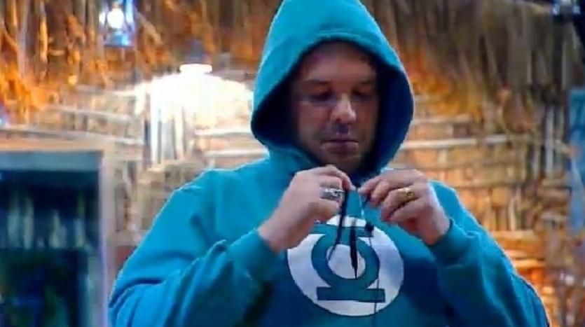 """4.out.2014 - Felipeh Campos, integrante da equipe Coelho, coloca roupas de frio dormir no Celeiro, na madrugada deste sábado, em """"A Fazenda 7"""""""