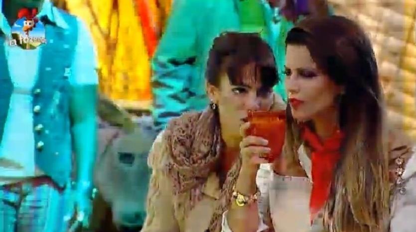 """4.out.2014 - Heloísa Faissol conversa com Babi Rossi e diz que não consegue se aproximar de Felipeh Campos na Festa Cordel, na madrugada deste sábado, em """"A Fazenda 7"""""""