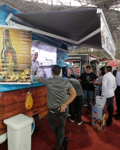 """4.out.2014 - Kombi personalizada do food truck """"Só Coxinhas"""", que oferece o salgado nas versões frango, queijo, Nutella e doce-de-leite"""