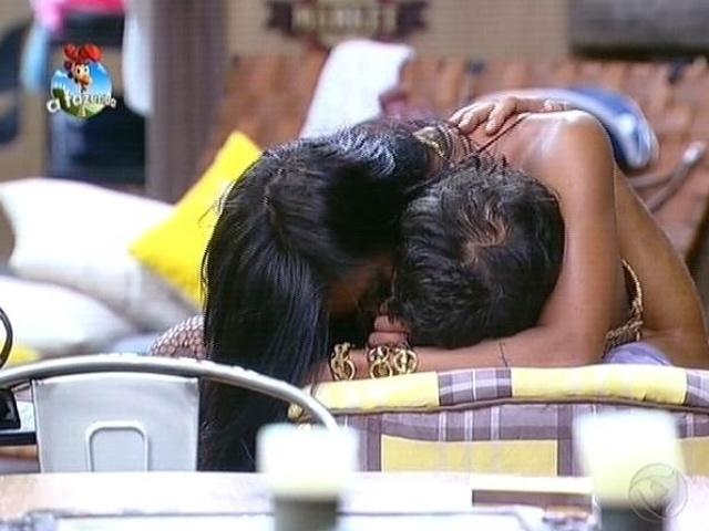 4.out.2014 - Lorena Bueri e Diego Cristo se beijam e trocam carícias após festa de
